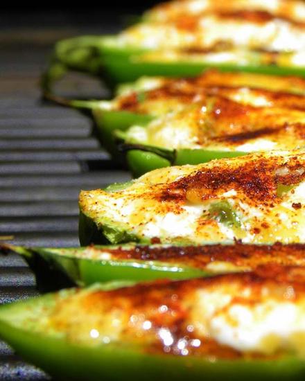 Фаршированные сыром острые перцы