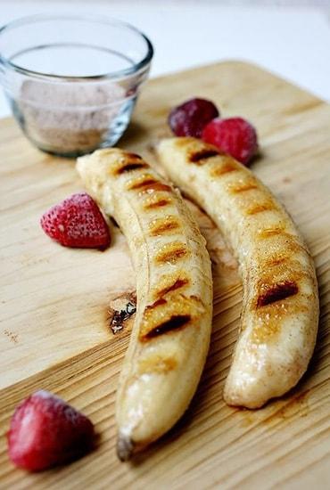 Глазированные бананы с корицей и мороженым