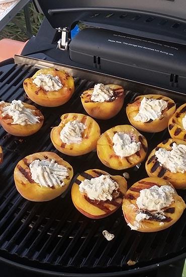 Персики со сливочным сыром, грецкими орехами и мёдом