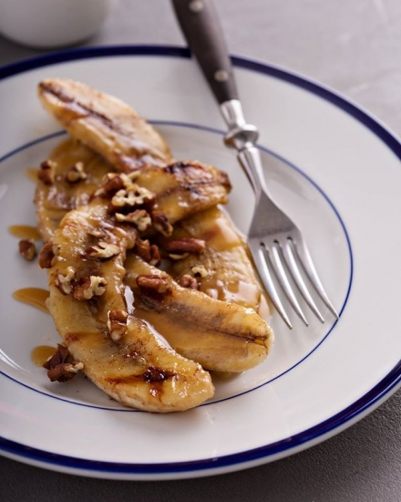 Бананы с орехами и корицей