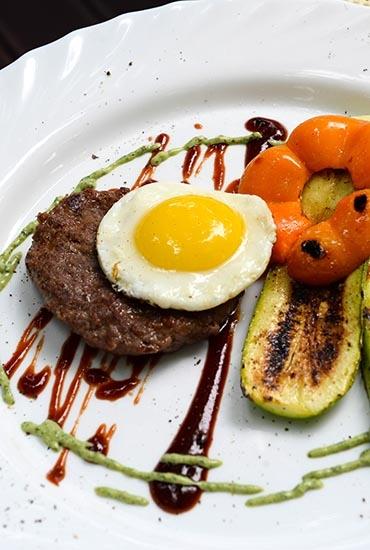 Бифштекс с яйцом на решетке-планче
